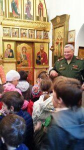 Ростислав Иванович рассказал ребятам о том, что в Училище стало больше воцерковленных воспитанников. Полковник отметил, что православные суворовцы отличаются примерным поведением и серьезным отношением к учебе.