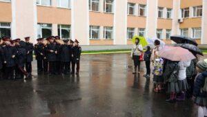 Дальше мы пошли смотреть, как живут суворовцы, и у входа в казарму встретили один из четырех взводов 1-ой роты.