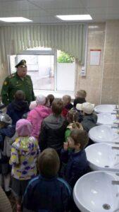 Ростислав Иванович показал нам все жилые помещения роты. В том числе и ванную комнату.