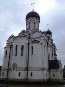 После Суворовского училища мы поехали в храм прп. Серафима Саровского в Раеве, где служит настоятелем отец Алексей, папа нашего первоклассника Коли Яковлева.